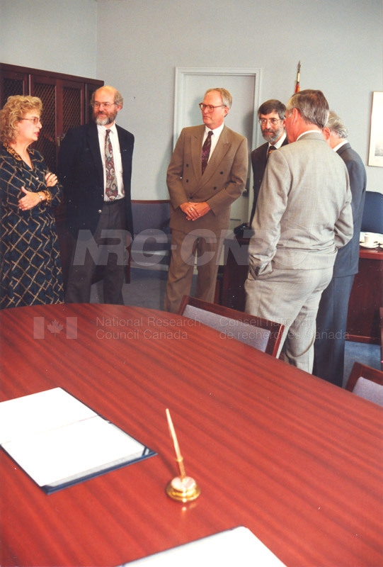 Memorandum of Understanding Signing NRC-CISTI and Agriculture & Agri-Food Canada 29 Aug. 1997 002