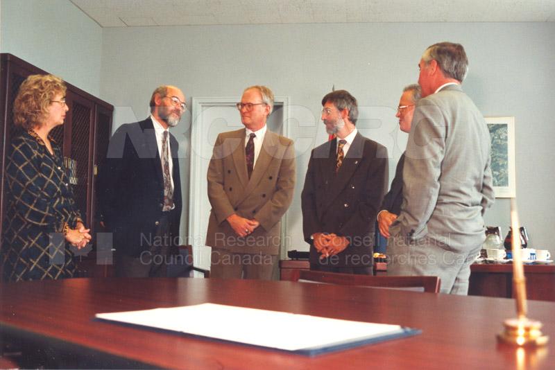 Memorandum of Understanding Signing NRC-CISTI and Agriculture & Agri-Food Canada 29 Aug. 1997 008
