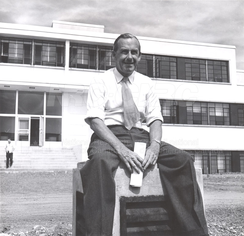 Dr. Steacie, Dr. I.E. Puddington Applied Chemistry Building no.32 1952 007
