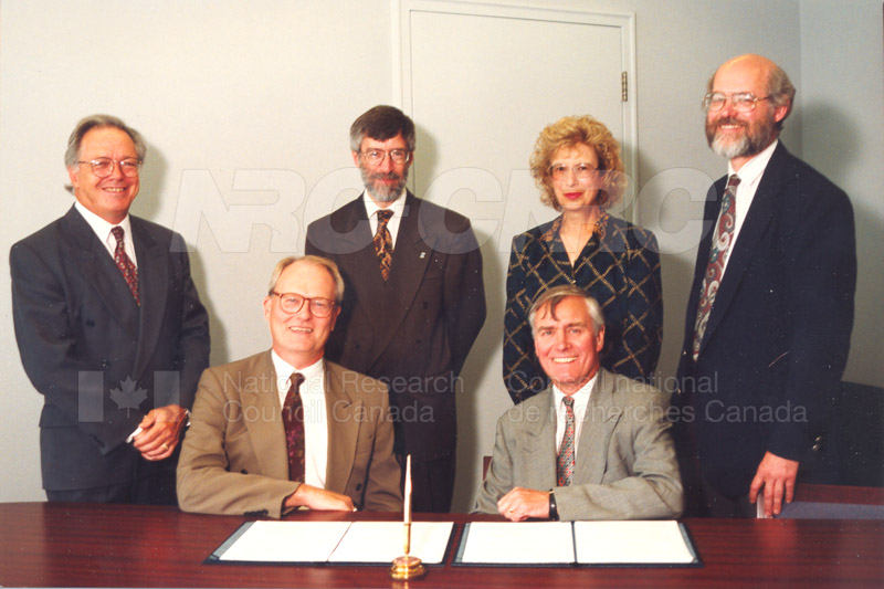 Memorandum of Understanding Signing NRC-CISTI and Agriculture & Agri-Food Canada 29 Aug. 1997 001