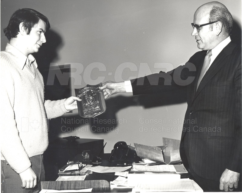 Presentation by Mr. Cumming of Award to Mr. Taylor, R&E.E. Division 1972 001