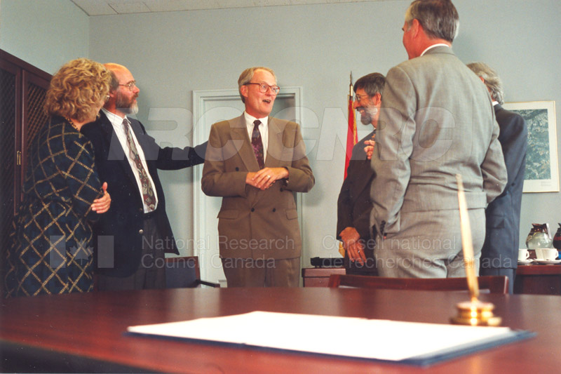 Memorandum of Understanding Signing NRC-CISTI and Agriculture & Agri-Food Canada 29 Aug. 1997 003