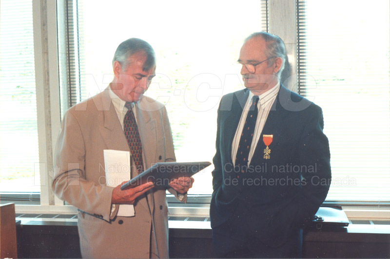 Memorandum of Understanding Signing NRC-CISTI and Agriculture & Agri-Food Canada 29 Aug. 1997 017